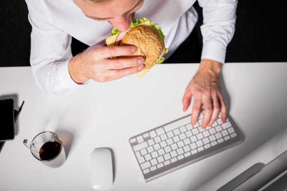 غذا خوردن احساسی جلو تلویزیون